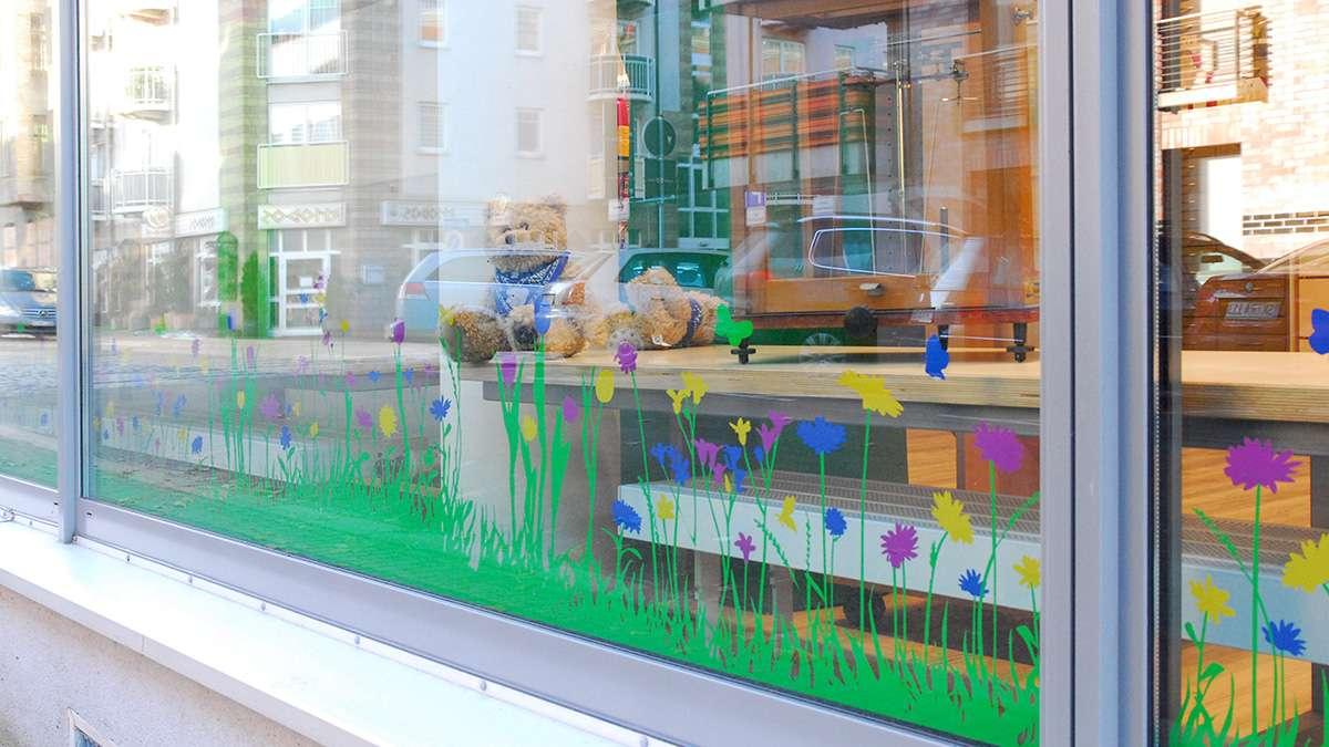 Niemeyer Apotheke Halle an der Saale Schaufenster mit Blumen-Aufklebern