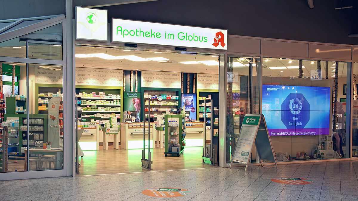 Schüsler Apotheke im Globus Hermsdorf Blick auf Eingangsbereich