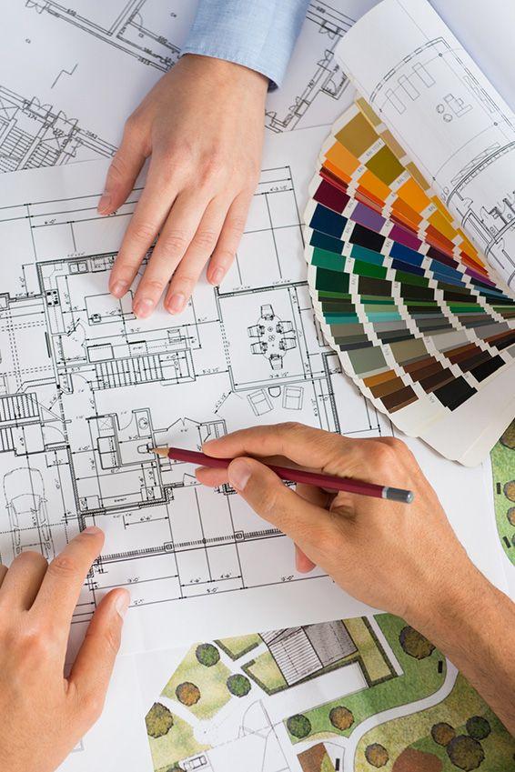 mediraum design Baupläne und Farbfächer auf einem Tisch liegend mit Händen und Bleistift