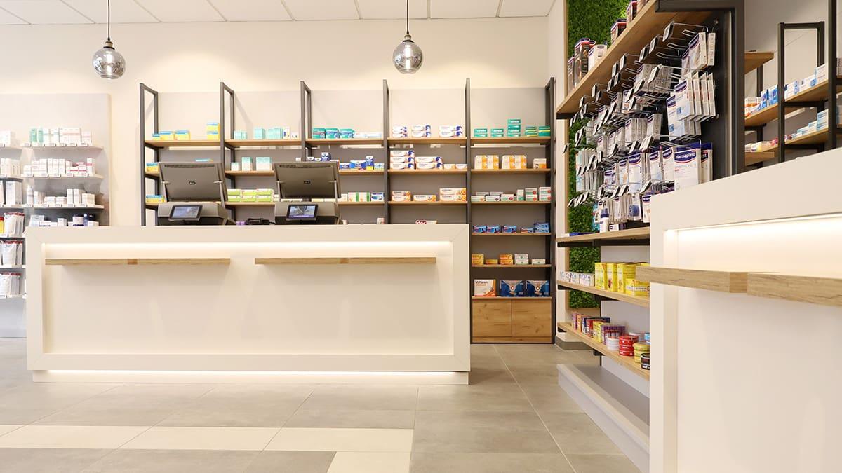 Markt Apotheke Bernburg Blick zum Handverkauf mit offenen Regalen und Pendelleuchten